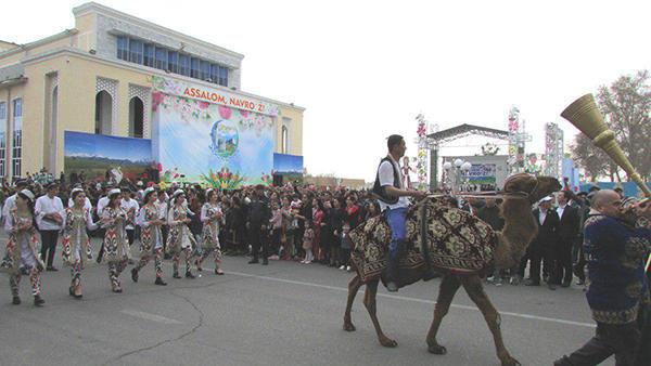 نوروز ازبک؛ بر روی دیوار نوشته «السلام نوروز» نقش بسته است.